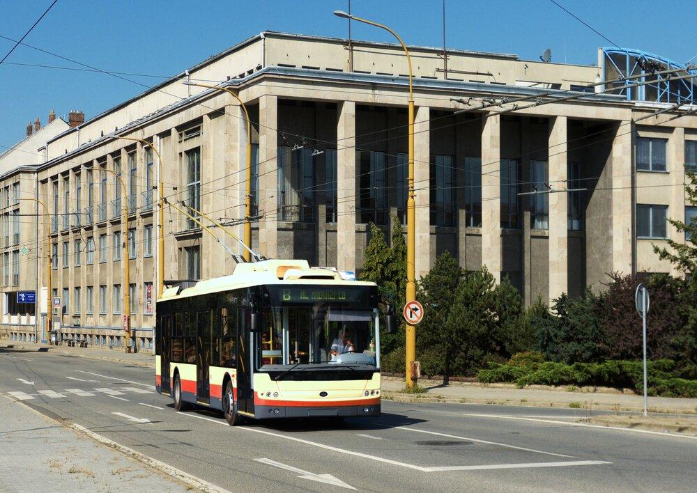 Trolejbus Bogdan z řady T701 projíždí pod kulisou jihlavského kulturního domu. Snímek je však pouze fotomontáží. Zda bude někdy podobná fotografie realitou, ještě s ohledem na běžící odvolací lhůtu nelze předjímat. (autor: Honza Tran)