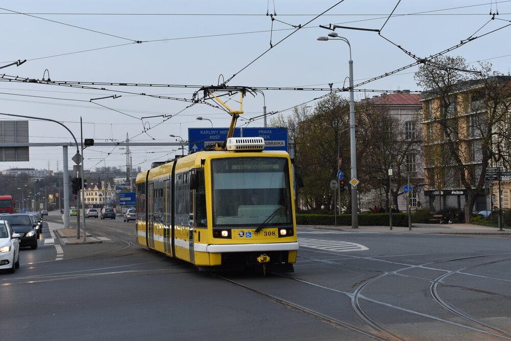Plzeňský vůz ev. č. 308 je prozatím stále v provozu, dopravce jej však již nabízí zájemcům ke koupi. Zatím možnosti pořídit si ojeté Astry využily dopravní podniky z Ostravy a Brna. (foto: Libor Hinčica)