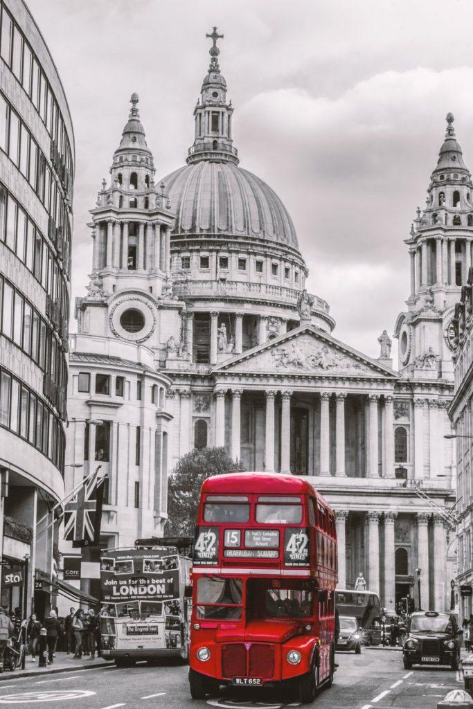 Touze po svezení patrovým autobusem lze snadno vyhovět. Občané Ostravy se za nimi mohou dostat za pouhé 2 hodiny a 15 minut a prožít skutečný zážitek. (Zdroj: pixabay.com)