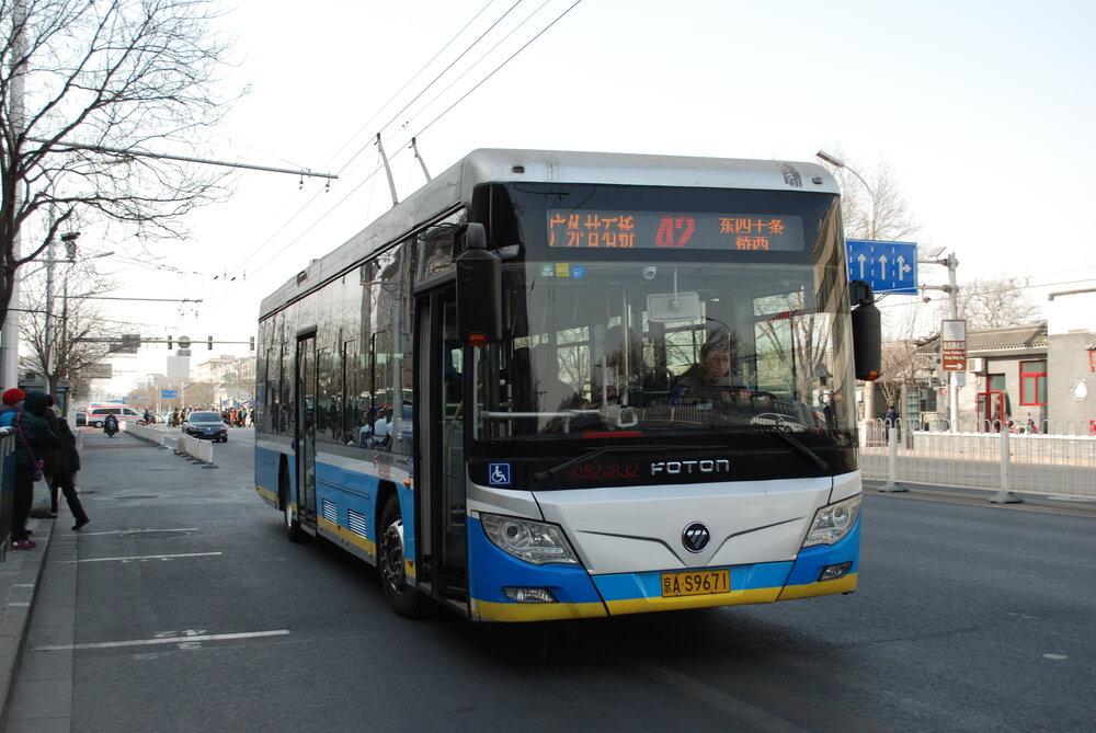 Jeden z 1.800 čínských trolejbusů, zde od dodavatele Foton. (foto: Libor Hinčica)