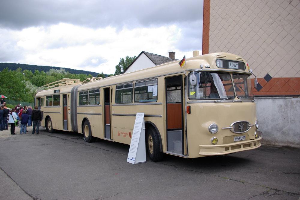 Historický trolejbus HS 160 OSL-G na snímku sloužil původně v Trieru, po zrušení byl přestavěn na autobus, kterým zůstává dodnes (sběrače byly na vůz navráceny pouze v rámci opravy vozu do historického stavu, jsou však nefunkční a vozidlo nadále disponuje dieselovým motorem). Stejný typ trolejbusu byl v roce 1961 dodán také do Marburgu (ev. č. 9 a 10). K dalším dodávkám už ale kvůli zastavení výroby daného typu nedošlo. (zdroj: Wikipedia.org)