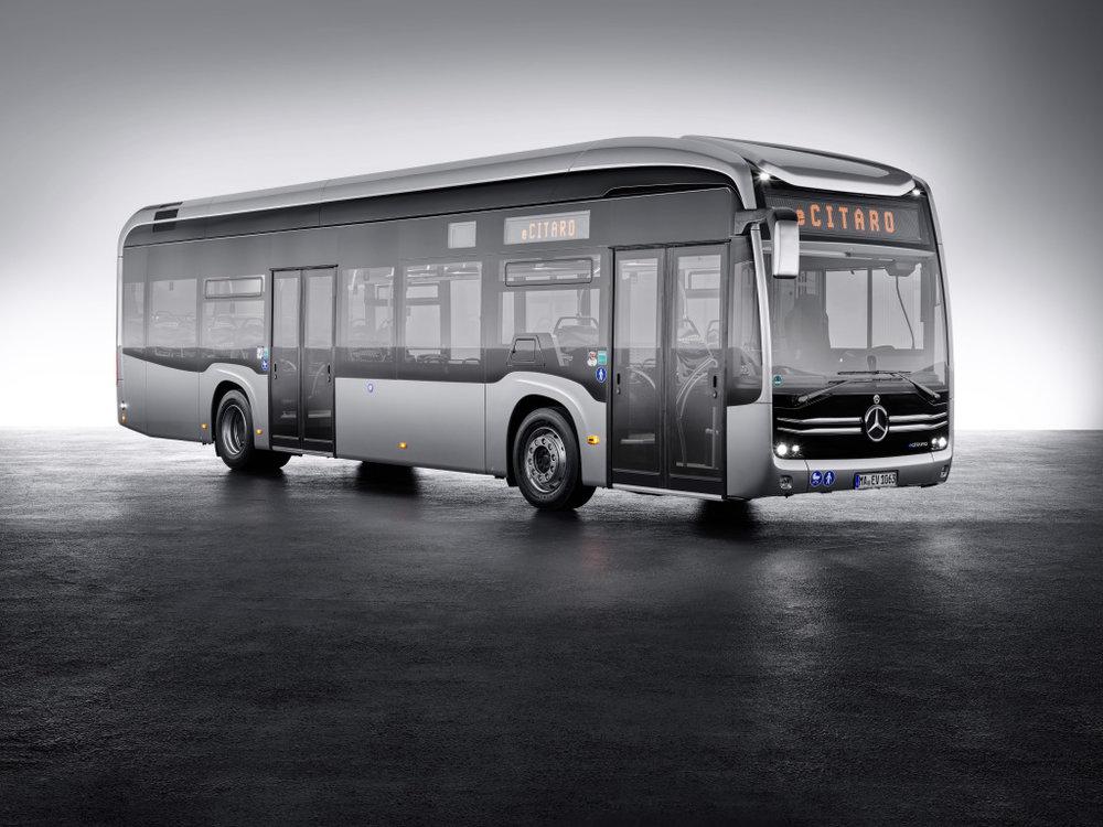 Nový elektrobus s logem Mercedesu – eCitaro. Autobus převzal některé křivky z modelu Future Bus, který byl představen jako koncept před dvěma lety. (foto: EvoBus)