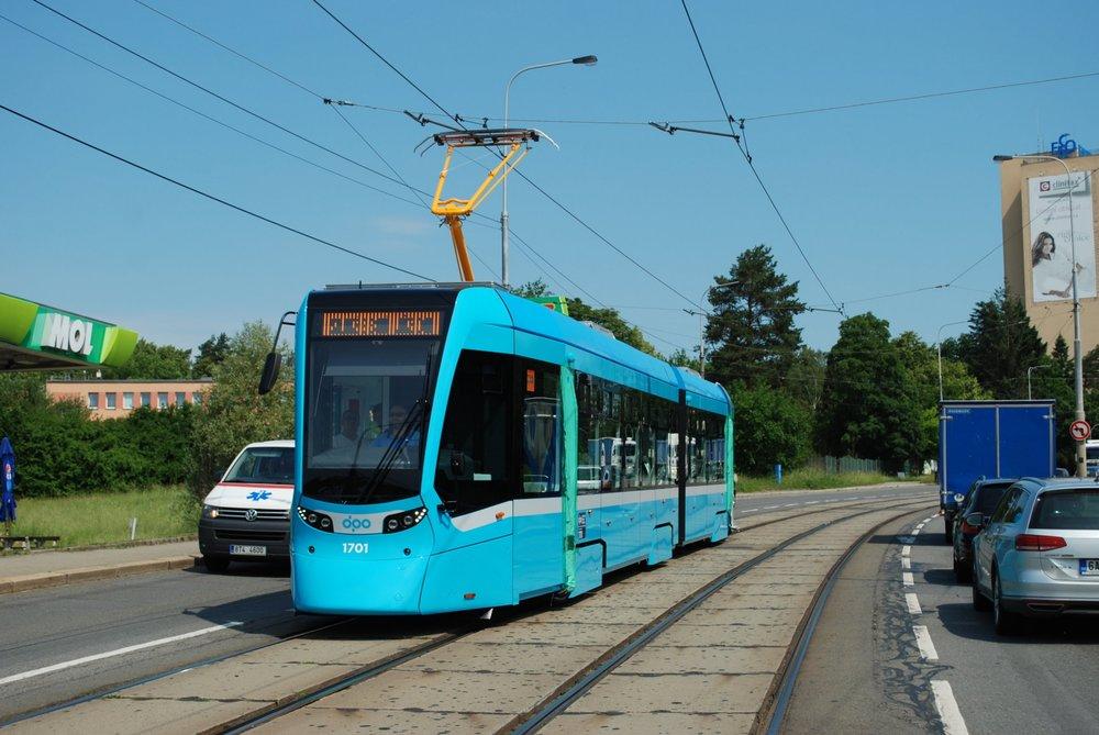 Na novou tramvaj se v Ostravě opravdu těší. Dokonce do té míry, že s ní vyjeli podle všeho předčasně na zkoušky. (foto: Libor Hinčica)