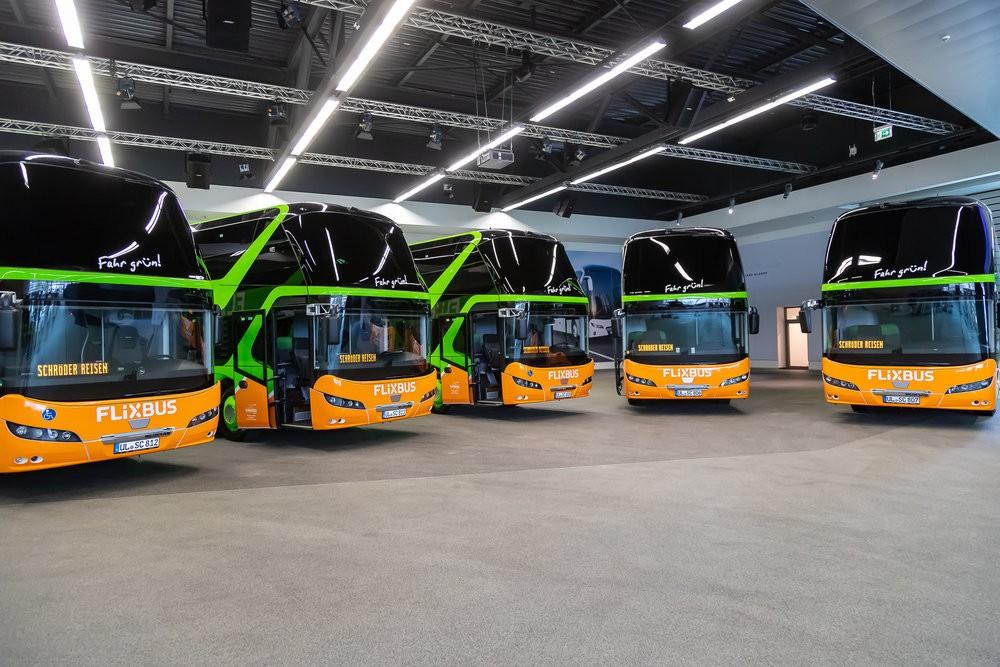 Autobusy NEOPLAN v barvách FlixBusu. (foto: MAN Truck & Bus)