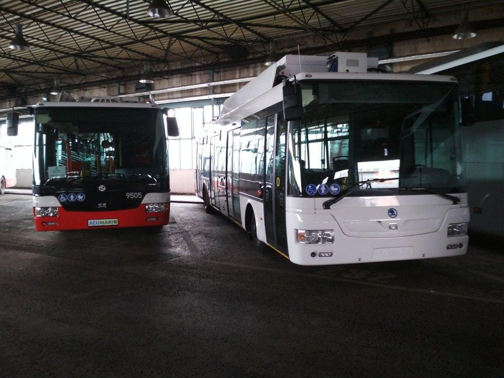 Celá flotila pražských trolejbusů (pomineme-li historické vozy) na jediném snímku. Vlevo zapůjčený vůz SOR TNB 12 ev. č. 9505, vpravo pak vůz Škoda 30 Tr budoucího ev. č. 9506. (foto: DPP)