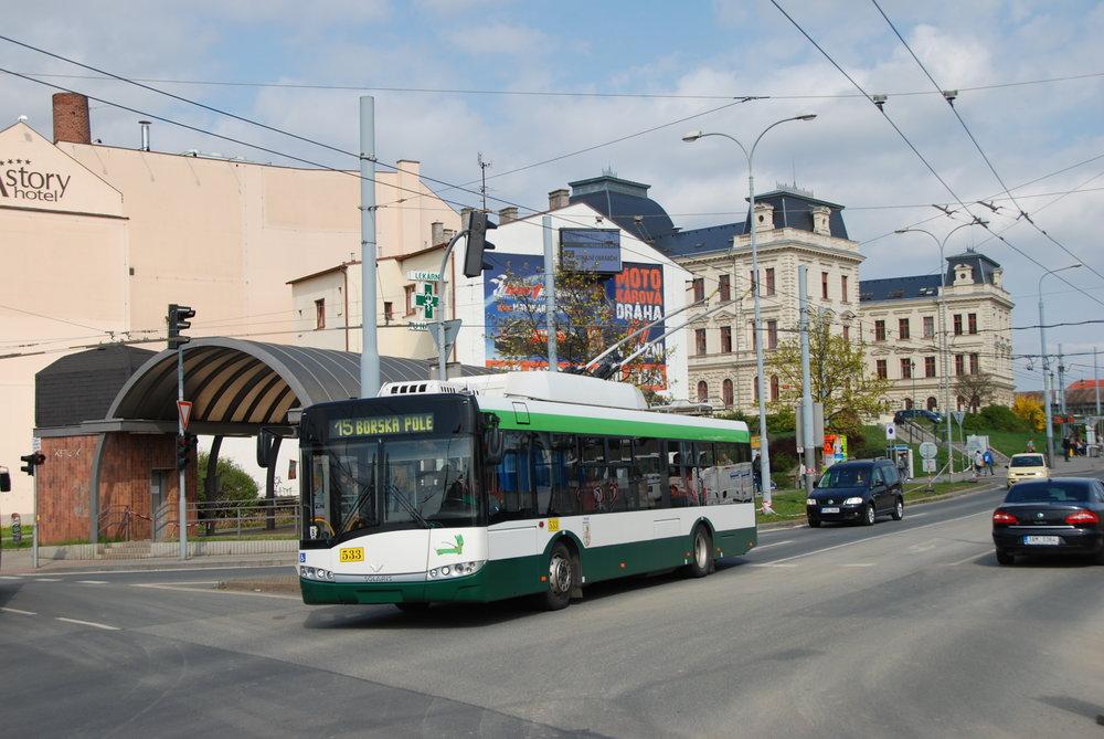 Trolejbus Škoda 26 Tr v Plzni míří na lince číslo 15 směřující v dubnu 2017 na Borská Pole. (foto: Libor Hinčica)