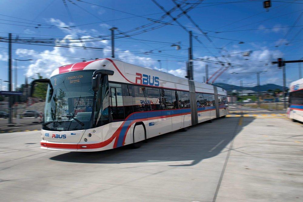 Tříčlánkové trolejbusy jsou v Lucernu v provozu od roku 2014. Dopravce je především využívá na metrobusových linkách. (foto: Verkehrsbetriebe Luzern AG)