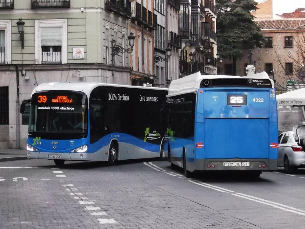 Elektrobus Irizar i2e v Madridu na lince číslo 39 se míjí s autobusem od Scanie. (foto:AmigoDeBusesEMT3)