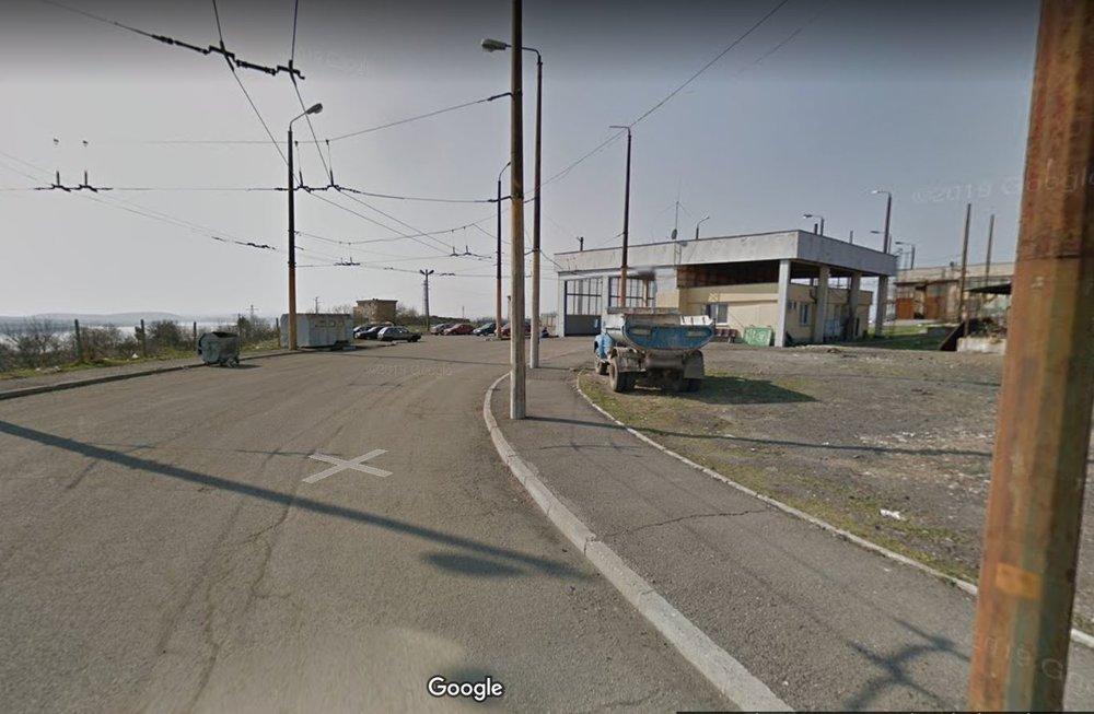 Dál jsme se již nedostali, proto využijeme 3 starší snímky zGoogle Maps. Po nich následují snímky pořízené zulice výše.