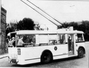 Rouenský trolejbus se zadní polootevřenou plošinou nalince č. 15 roku 1936. (foto: Jean-Luc Bayeux / časopis Charge Utile, č. 91 / juin 2000)