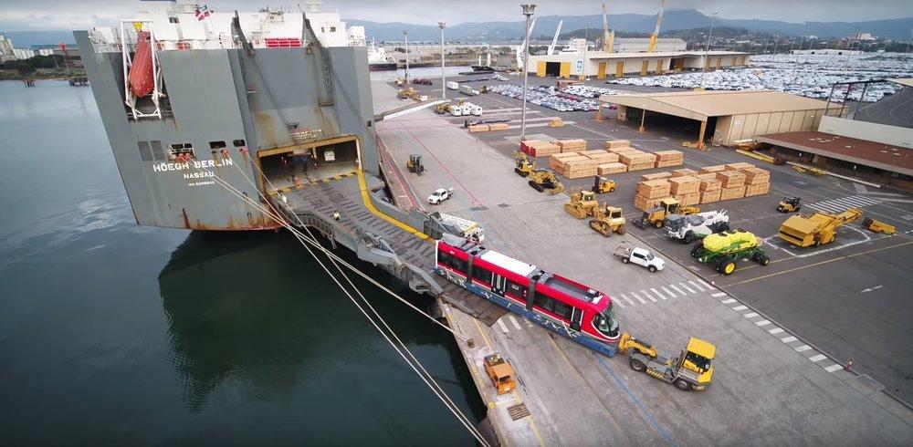 Tři články tramvaje CAF Urbos 3 vjíždějí na australskou pevninu v přístavu Port Kembla. (zdroj: Transport Camberra)