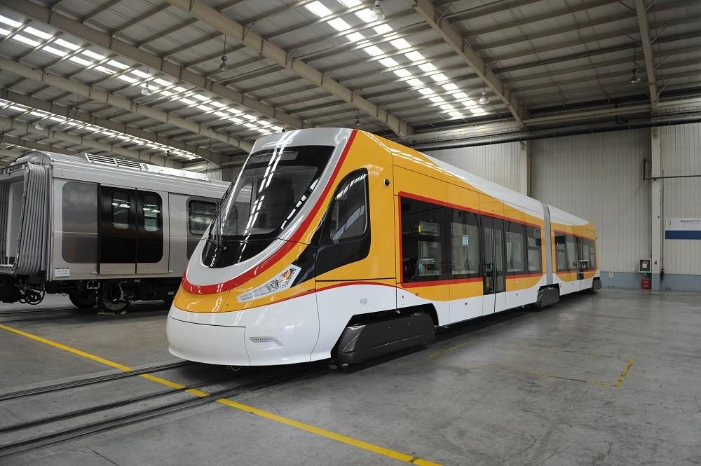 Prototyp dvoučlánkového vozu z produkce CRRC na bázi škodovácké licence. (foto: CRRC)