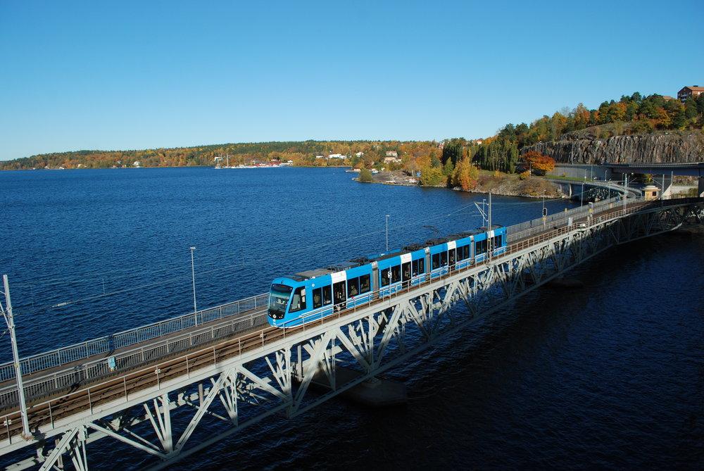 Tramvaje CAF Urbos AXL slouží na lince č. 22 již v současné době. Na snímku vidíme vůz překonávat most za výchozí stanicí Ropsten, který překonává jeden z mnoho úzkých zálivů. (foto: Libor Hinčica)