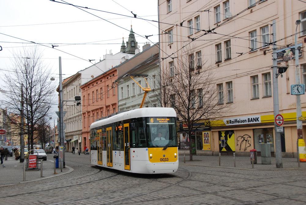 Prototyp tramvaje EVO1 během zkoušek v Praze v roce 2016. (foto: Libor Hinčica)
