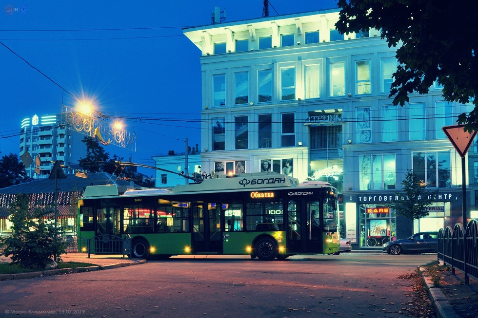 Trolejbusu to v noci sluší. (foto: Bogdan Motors)