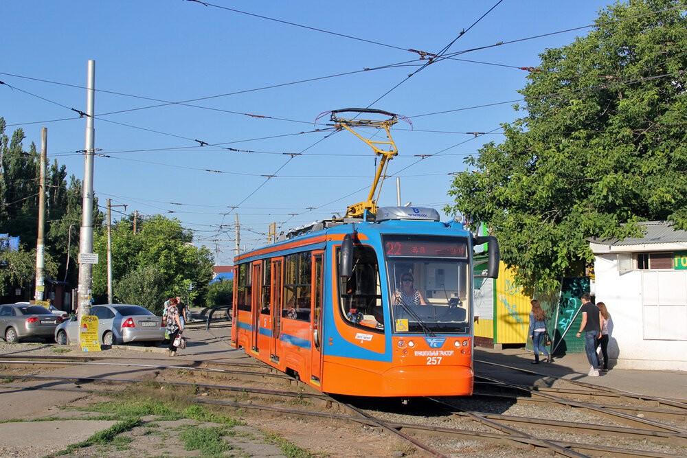 Typ 71-623 byl vyvinut v tomto století podnikem UKVZ a v Ruské federaci je poměrně rozšířeným, když jej bylo vyrobeno už několik set kusů. V podobě podtypu 71-623-02 jej mají v počtu 20 ks (vše r. v. 2013) i v Krasnodaru a na starším snímku vidíme jeden z těchto vozů ev. č. 257. V roce 2010 získal Krasnodar i 1 ks podtypu 71-623-01. Loni došlo do města 31 ks podtypu 71-623-04. K nim se v témže roce přidaly 4 tříčlánkové vozy podtypu 71-631-03, který je poslední variantou typu 71-631, která je k vidění zatím jen v Krasnodaru. (foto: Dmitrij Sagdeev, 2014/Wikipedia.org)