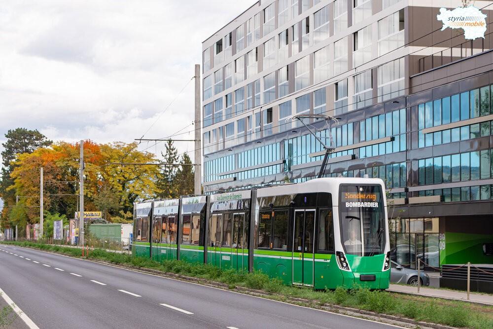 Vídeňský vůz Flexity v barevném polepu odkazujícím na barvy Grazu (Štýrského Hradce). Zelené schéma přitom dopravce už na nově dodaných vozidlech nepoužívá. Veřejnost se ale v diskuzích shoduje, že oproti nudnému bílo-šedému laku posledních tramvají od Stadleru je Bombardier v zelené mnohem elegantnější. (foto: Styria mobile)