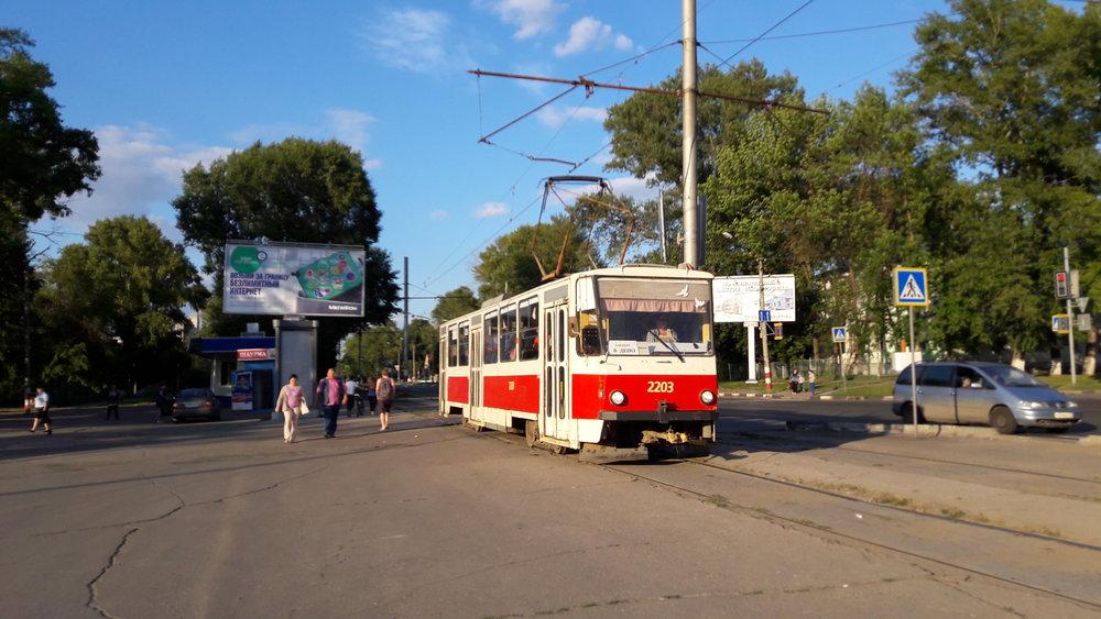 Tramvaj typu T6B5 před hlavním uljanovským nádražím zvaným
