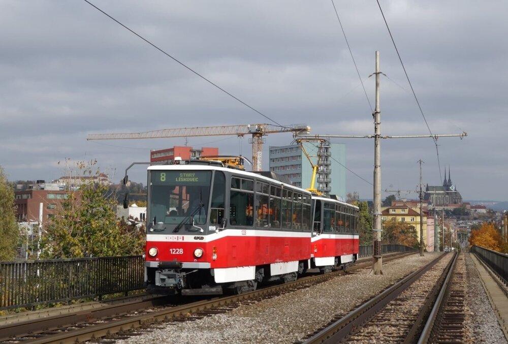 První ex-pražská souprava tramvají T6A5 v Brně ev. č. 1228+1223. (foto: Jan Martinkovič)