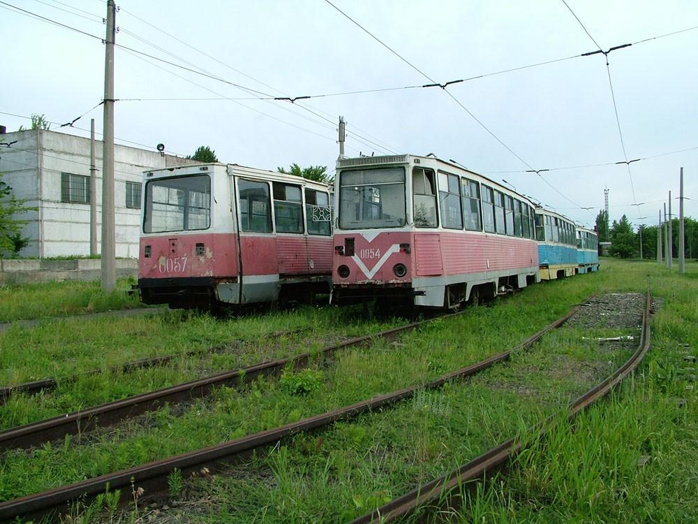 Vyřazené vozy KTM-5 v ukrajinském Kramatorsku v roce 2002.(zdroj: Yury Maller, http://ymtram.mashke.org)