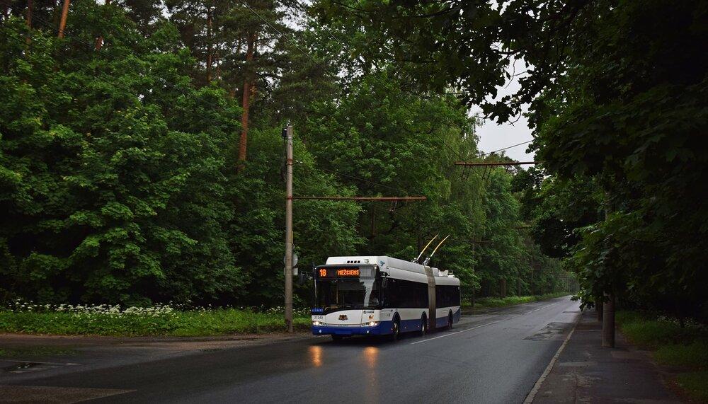 Trolejbus Škoda 27 Tr v Rize. Vodíkové trolejbusy jsou vybaveny výzbrojí polského Medcomu a jsou vyhotoveny v prodloužené verzi 18,75 m. Odpovídají však ještě také tzv. III. generaci. (foto: Petr Bystroň)