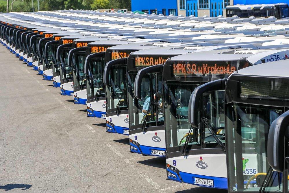 Celkem 77 článkových vozů zařadil v jediný den do provozu krakovský DP. (foto: MPK Kraków)
