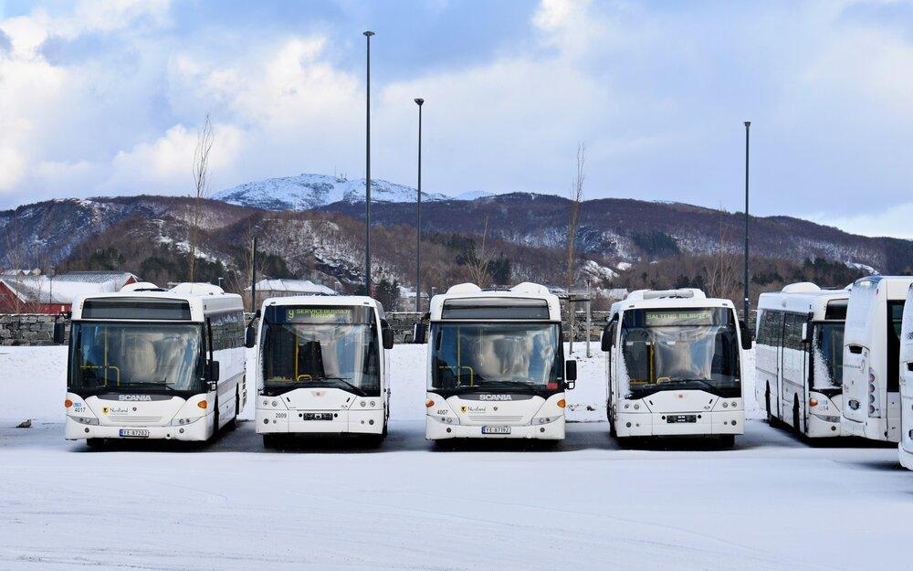 Odstavené Ikarusy EAG E91.55 ev. č. 2009 a 2012 (vpravo) proložené Scaniemi OmniLink II vyčkávají dne 24. února 2020 v zasněženém areálu společnosti Norlandsbuss v Bodø na svůj další osud. (foto: Matěj Stach)