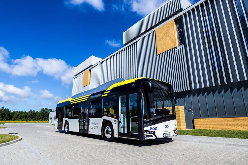 Elektrobusy (new) Urbino 12 electric od Solarisu jsou v rámci stále relativně malého trhu s těmito vozidly velmi úspěšné. Na snímku je testovací vůz, který loni přinesl Solarisu titul Bus of the Year 2017. (foto: Solaris Bus & Coach)
