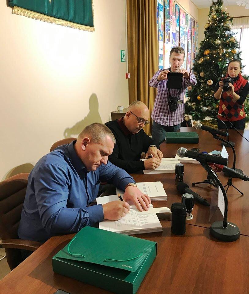 Podpisu obsáhlé smlouvy byl přítomen i vánoční stromeček. (zdroj: «AT «AK «Bogdan Motors»)