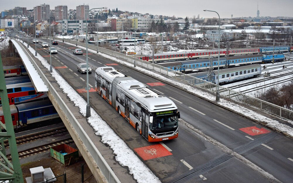 V pražském provozu bylo možné bruselské Volvo 7900A Hybrid potkávat od 6. února do posledního května 2019. Hybrid opatřený ev. č. 6000 právě na snímku z prvního provozního dne přejel východní část Odstavného nádraží Praha – jih (ONJ) a brzdí do zastávky Záběhlice. (foto Matěj Stach)