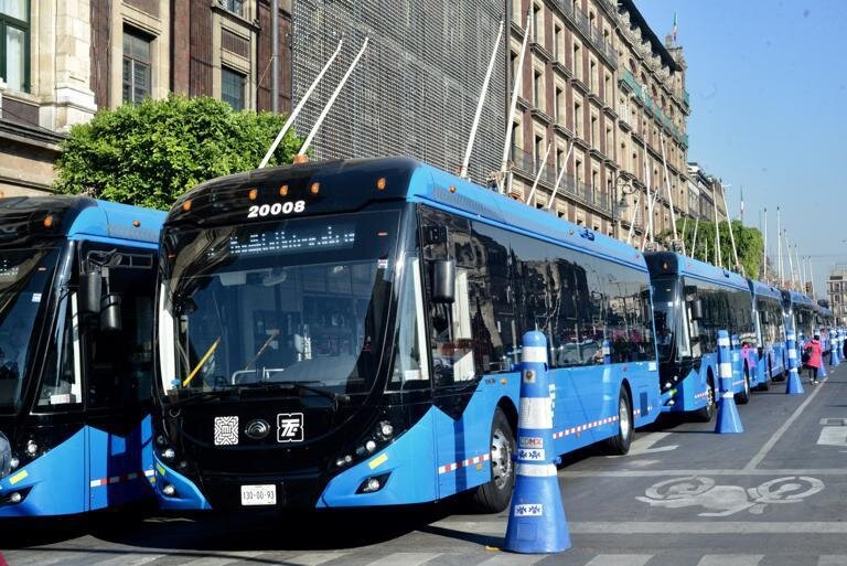 Modré trolejbusy s modrými kužely. (foto: Gobierno de la Ciudad de México)