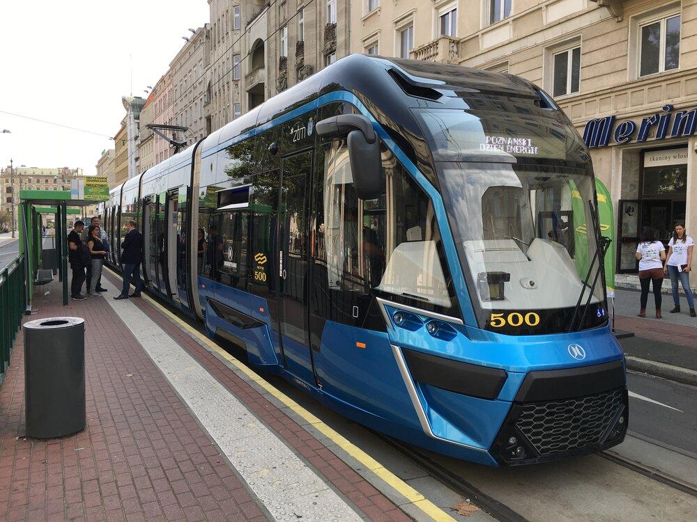Tramvaj Moderus Gamma LF 01 AC – první prototyp z roku 2016, z jehož designu by se mělo vycházet i u tramvají pro Lodž. (zdroj: Wikipedia.org)