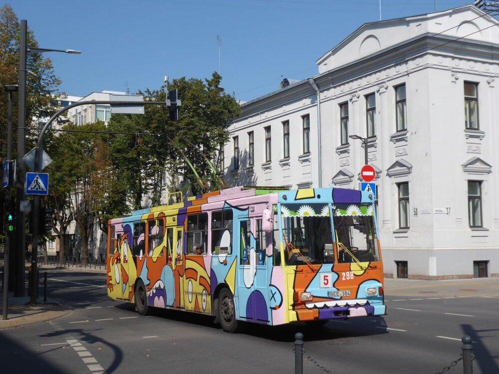 Trolejbusy Škoda 14 Tr byly v posledním roce provozu propůjčeny místním umělcům, kteří vozy vyzdobili graffiti. (foto: Gunter Mackinger)