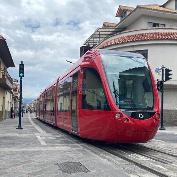 V centru města využívá tramvaj systém spodního přívodu proudu (APS). (foto: Tranvía Cuenca)