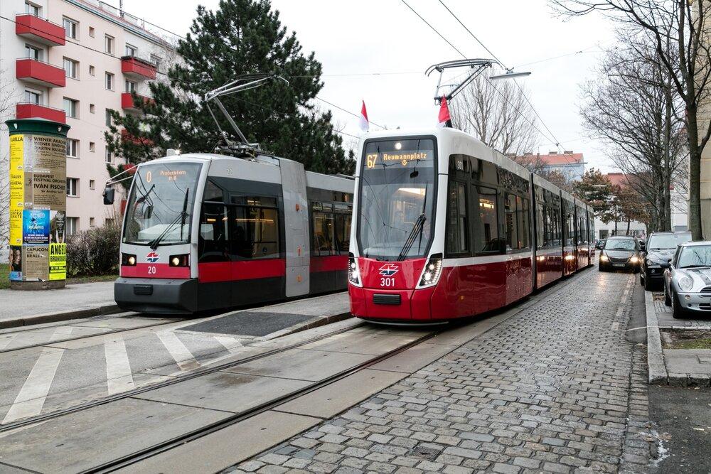 S tramvajemi Bombardier je spjata nově také Vídeň. Výrobce zde s modelem Flexity Wien uspěl proti Siemensu, který dříve dodával vozidla ULF (vlevo na fotografii). Oba producenti ale současně v minulosti jednali i o možnosti spojení. Nyní se zdá, že koupi Bombardieru završí francouzský Alstom. (foto: Wiener Linien)