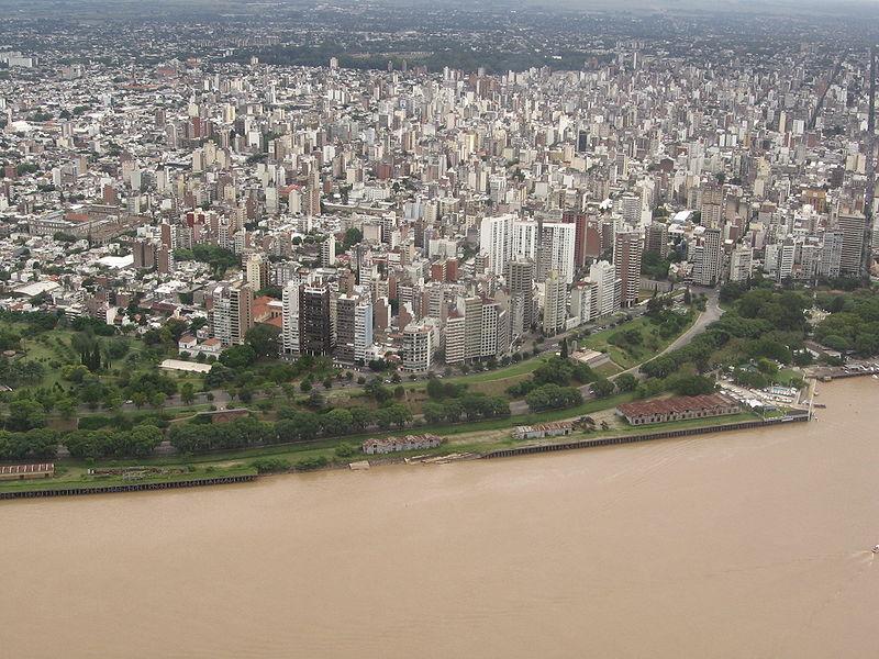 Město Rosario ležící u břehu řeky Paraná. (zdroj: Wikipedia)