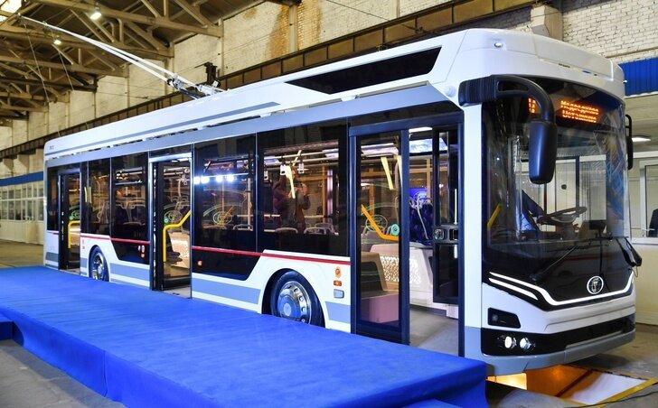 Nový trolejbus má nouzový pohon na baterie, se kterým ujede bez trolejí zhruba 1 km. Zpráva o slavnostním odhalení nového trolejbusu oblětela nejen regionální, ale i celostátní ruská média. (foto: Valerij Radajev/sarbc.ru)