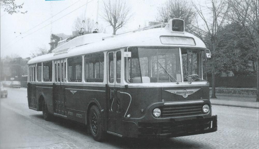 Prototyp APVT z roku 1960 na zkouškách téhož roku v Paříži. Vůz se měl stát standardním vozidlem ve Štrasburku, nicméně přišel na trh pozdě a Štrasburk své plány na rozvoj trolejbusové dopravy nakonec nerealizoval. Vůz nebyl vyvíjen Vetrou, ale jejíhlavnívlastník, společnost Alsthom, mu dodala výzbroj. (foto: archiv G. Mullera)