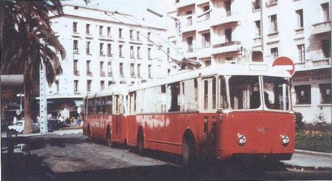 Casablanské vozy VBBh neměly prostřední dveře. Zde byly roku 1956 zachyceny nanáměstí France. (foto: G. Rannou / sbírka G. Mullera)