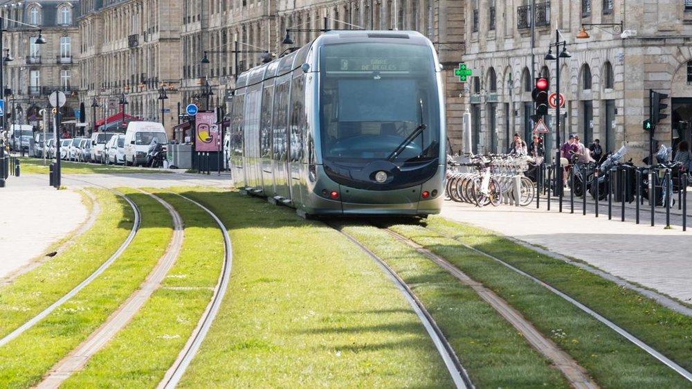 Tramvaj v Bordeaux se spodním systémem napájení. (foto: Alstom)