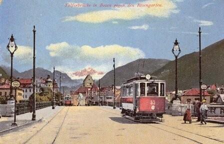 Kresba se starými tramvajemi na mostě přes řeku Talvera. (zdroj: Wikipedia.org)