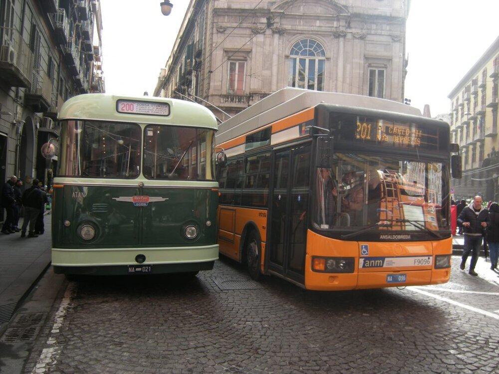 Kdysi velký neapolský trolejbusový provoz v posledních zhruba 15 letech upadal. Troleje by ještě byly, jen těch vozidel je čím dál tím méně… (ilustrační foto: autobusweb.com)