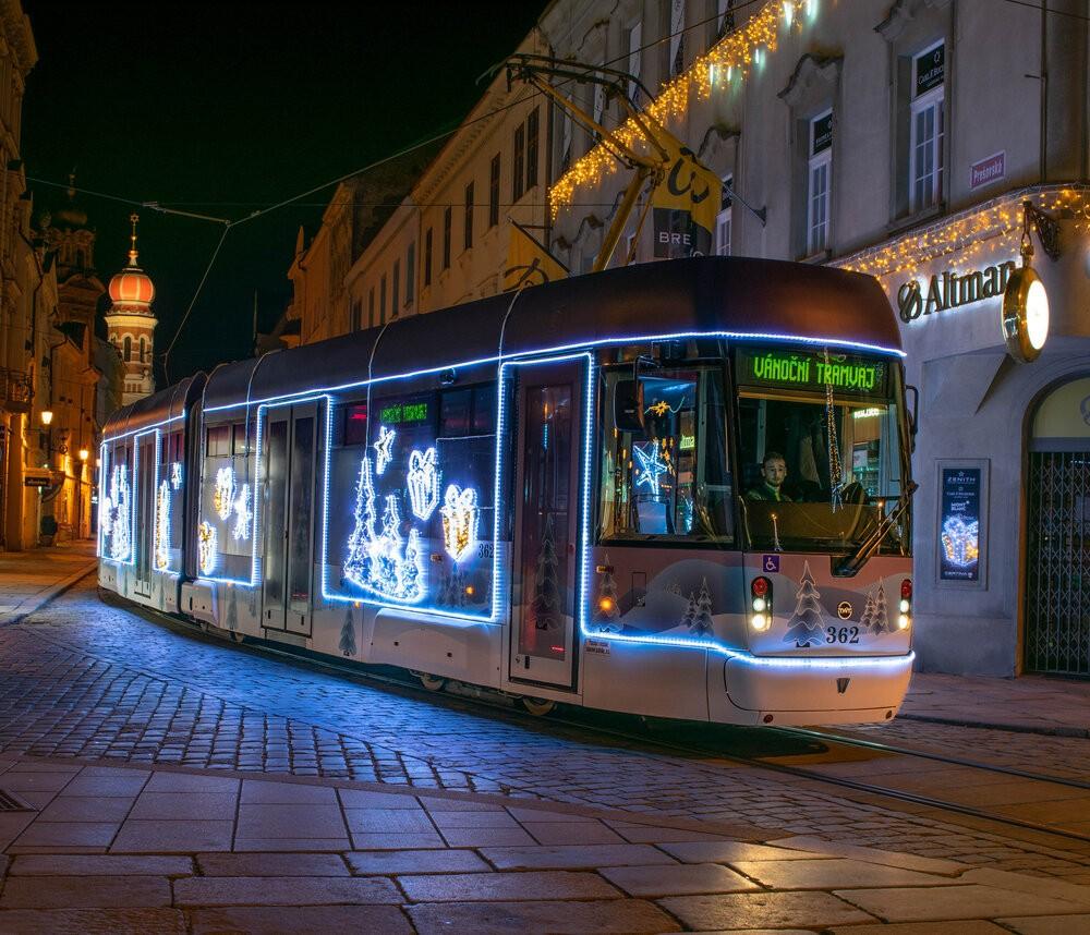 """V loňském roce zaujala hlasující z českých tramvají nejvíce plzeňská """"Vánoční tramvaj"""" VarioLF2/2IN (na snímku). Celkově ale vítězství obhájil maďarský Miskolc. Jak to bude letos? (foto: PMDP)"""