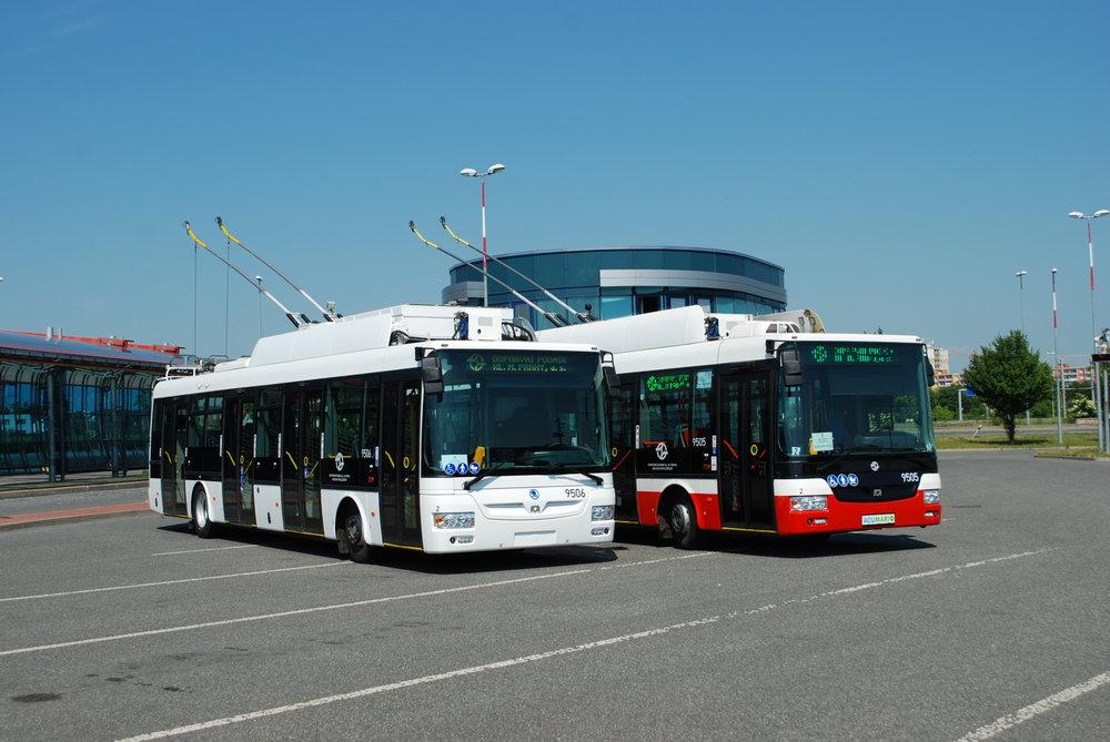Trolejbusy se stejnou karoserií, ale jinou elektrickou výzbrojí. Vpravo vůz ACUMARIO (SOR TNB 12), jenž skončil nakonec v Brně, vlevo tehdy nově sloužící vůz Škoda 30 Tr ev. č. 9506 pronajatý od Škody Electric. (foto: Libor Hinčica)