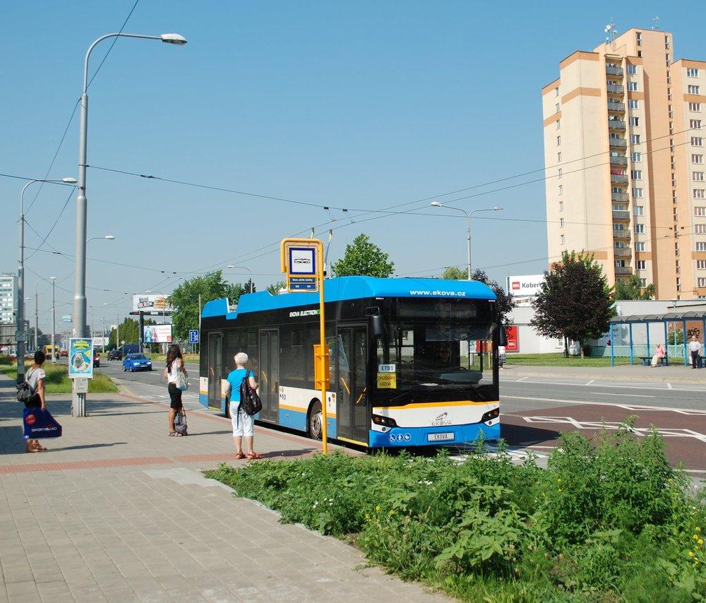 Trolejbus během zkušebních jízd bez cestujících v zastávce Stanice záchranné služby na sídlišti Fifejdy. (foto: Libor Hinčica)