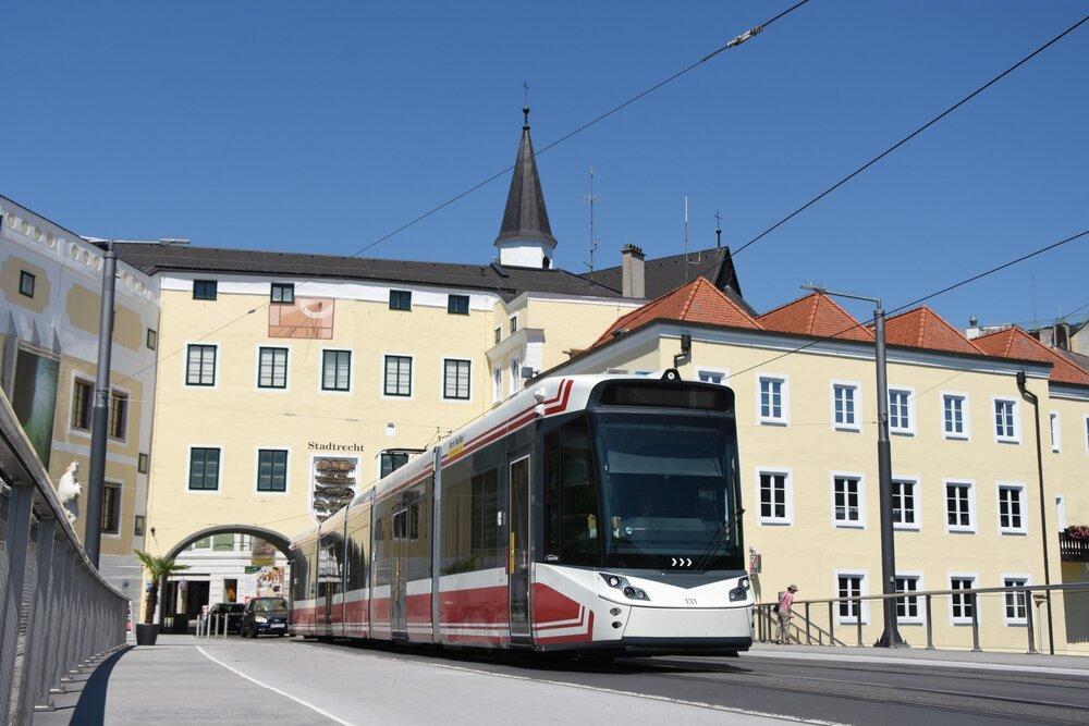 Tramvaj Stadler Tramlink překonává most přes řeku Traun. (foto: Libor Hinčica)