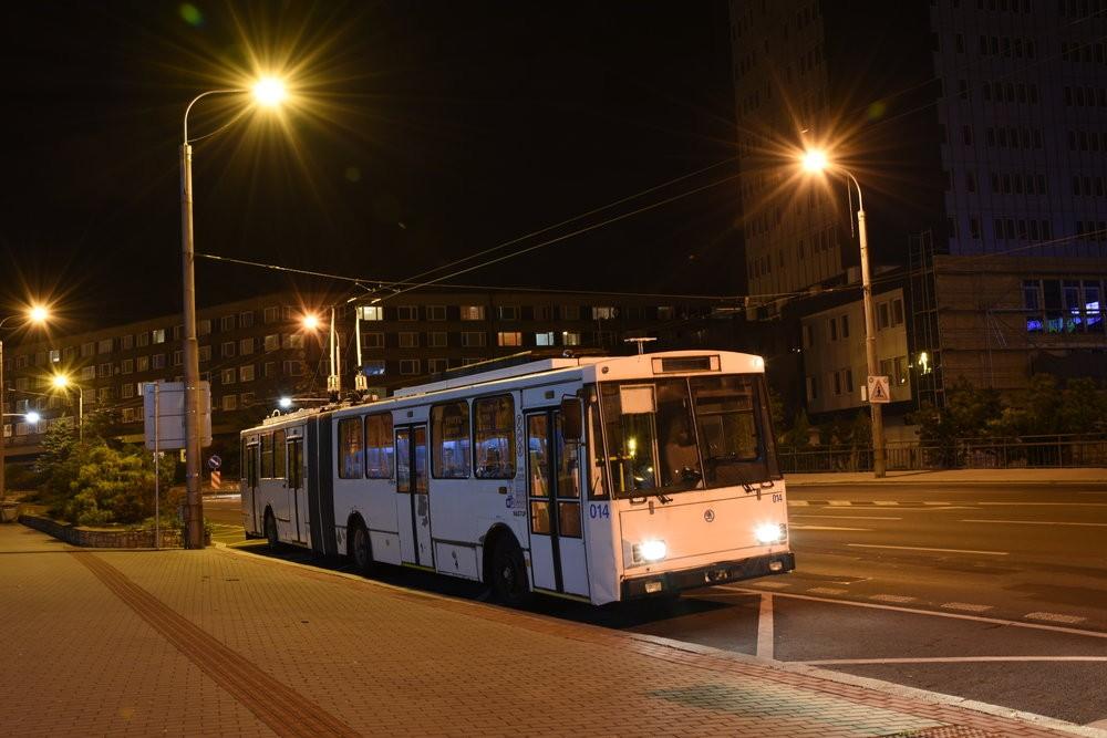 Ve večerních hodinách dne 17. 10. 2018 se vůz Škoda 15 Tr ev. č. 014 projel naposledy ulicemi Chomutova v rámci zkušební jízdy. Další den už zamířil do svého nového krátkodobého působiště v Opavě. (foto: Libor Hinčica)