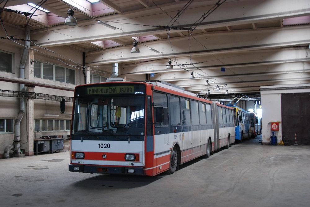 Trolejbusy Škoda 15 TrM a Škoda 14 TrM odstavené ve vozovně trolejbusů po přerušení provozu na konci ledna 2015. (foto: Libor Hinčica)