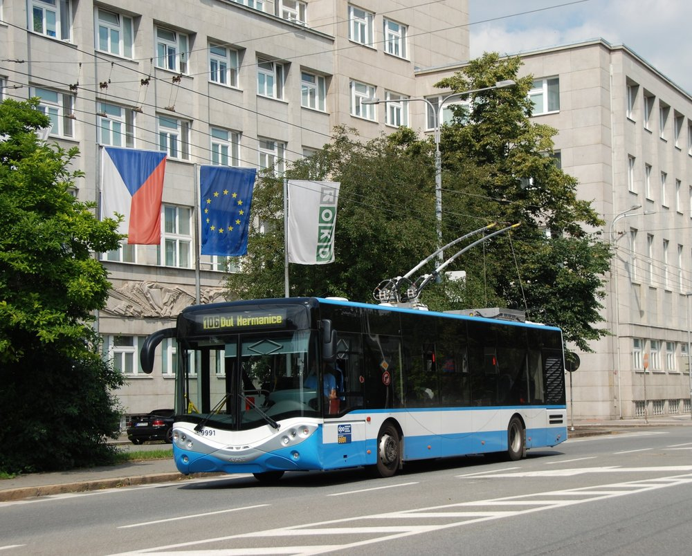 Trolejbus City Smile ve 12m provedení byl vyroben prozatím pouze jeden, a sice v roce 2013, ještě pod značkou AMZ. Zkušební jízdy absolvoval trolejbus v ulicích Ostravy. Na fotografii je zachycen u zastávky Nová radnice. (foto: Libor Hinčica)