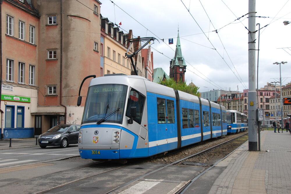 Tramvaj Škoda 16T v blízkosti centra Wrocławi (česky též Vratislavi). (foto: Libor Hinčica)